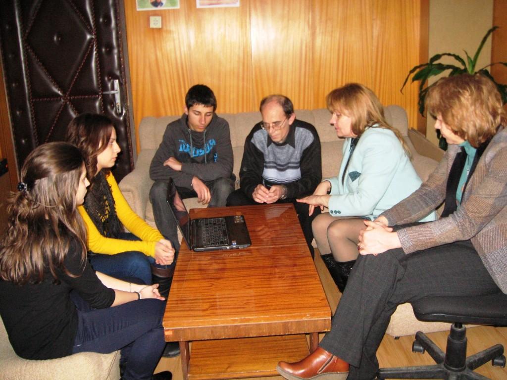 Първите зрители, директорката на гимназията г-жа Вацова и директорката на ТСБ-Шумен с участниците в конкурса