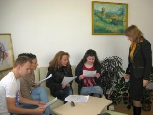 Г-жа Донка Иванова и екипа преглеждат анкетните карти