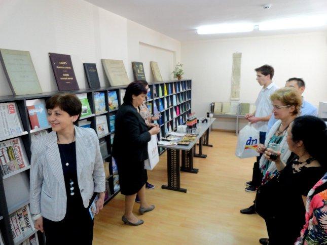 Участници в срещата в библиотеката на НСИ