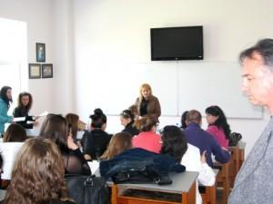 Г-жа Настева разговаря със студентите
