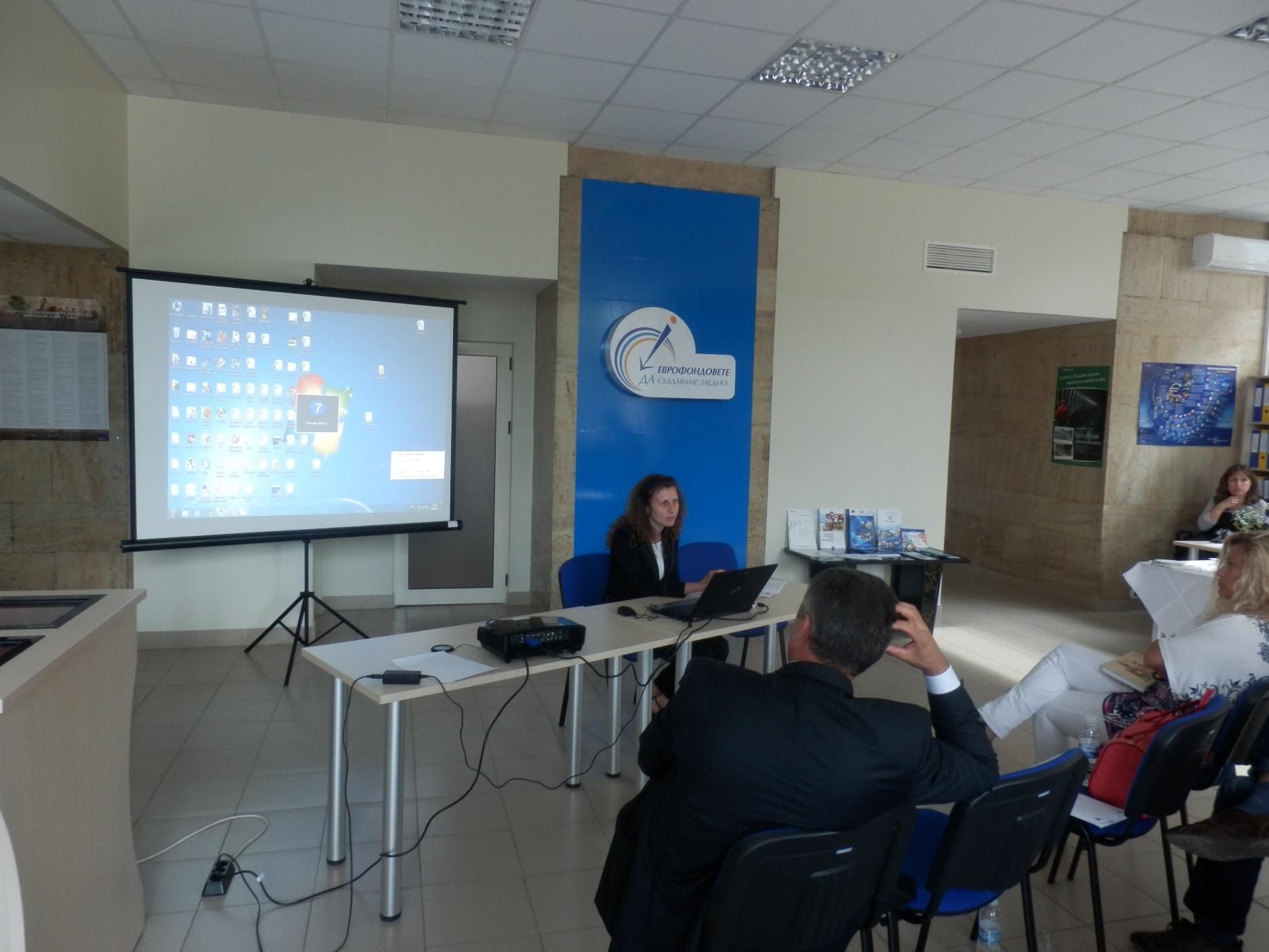 Г-жа Кръстева, началник на отдел в ТСБ - Шумен, информира представители на бизнеса за процедурите по заверка на  ГОД и  другите  услуги, предлагани от ТСБ.