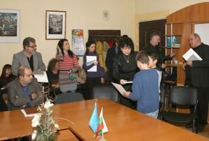г-жа Калина Казанджиева  връчва поздравителните адреси